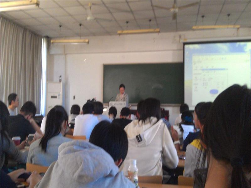 对外经济贸易大学在职研究生老师讲课图